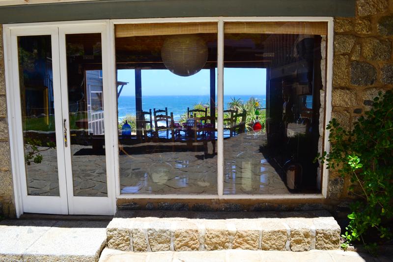 Blick durchs Fenster in Nerudas Esszimmer