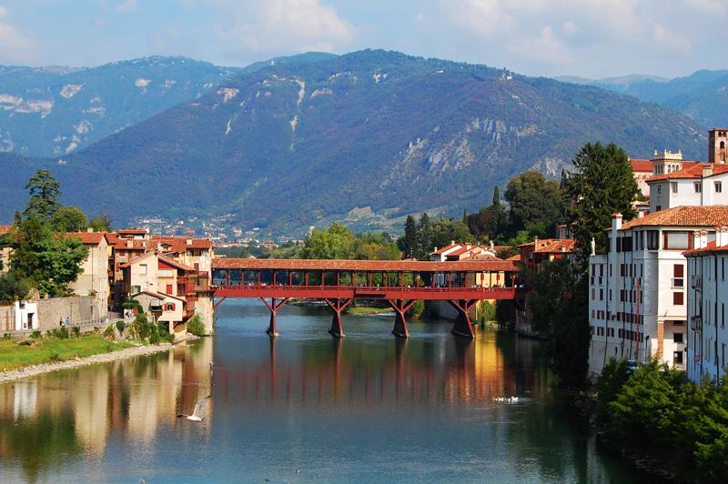 Ponte degli Alpini in Bassano, im Hintergrund der Monte Grappa