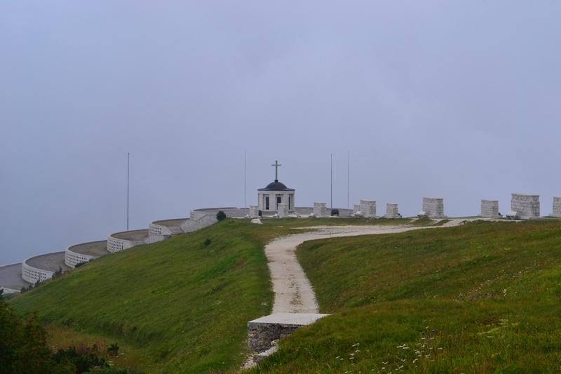 Soldatendenkmal und Ossarium auf dem Monte Grappa