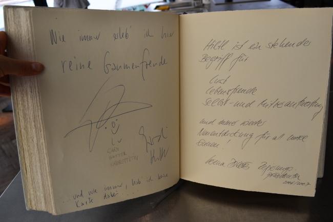 Ein Blick ins VIP-Gästebuch des Hiltl.
