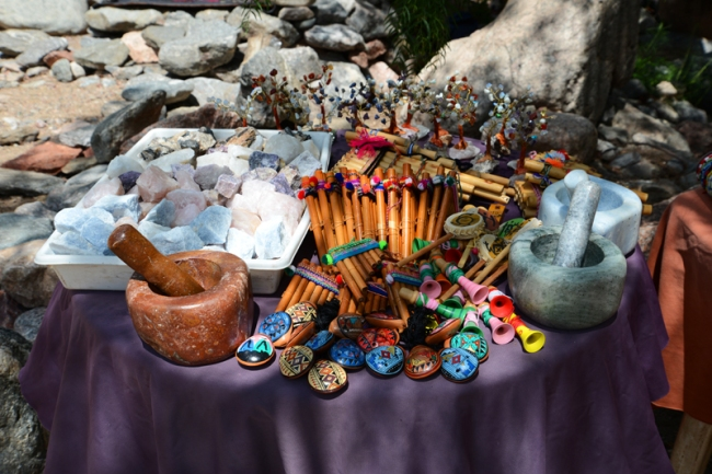 Esoteriker verkaufen am Fuß des Uritorco Steine, Schmuck und allerlei Buntes.