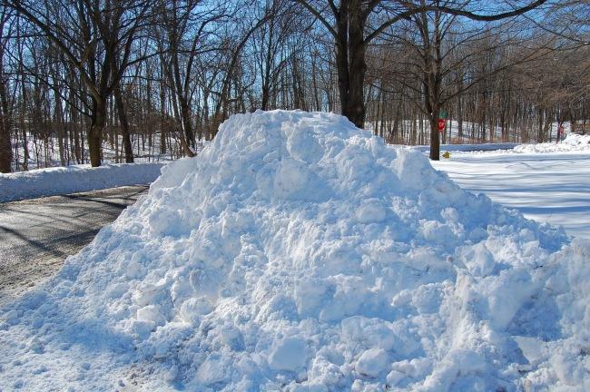 Schneeberge türmen sich vor den Häusern.