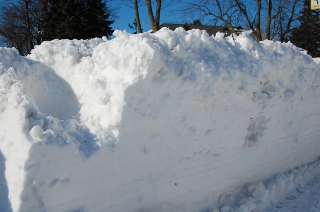 Die Schneepflüge schieben den Schnee an den Straßenrand und versperren so die Gehwege.