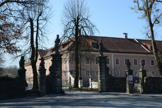 Eingang zu Schloss Leopoldskron und dem rosafarbenen Meierhof.