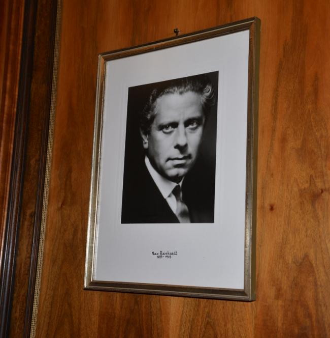 In der Bibliothek hängt ein Porträt von Max Reinhardt.