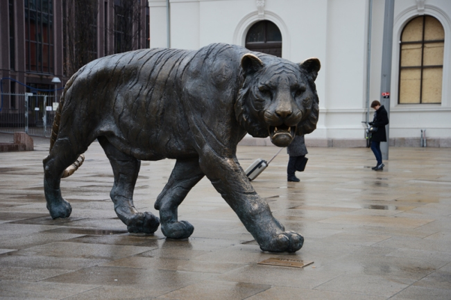 Tigerskulptur vor dem Osloer Bahnhof. Sie erinnert daran, dass die Stadt den Beinamen Tigerstaden hat.
