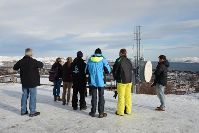 Unsere Pressegruppe blickt auf Kirkenes hinunter.