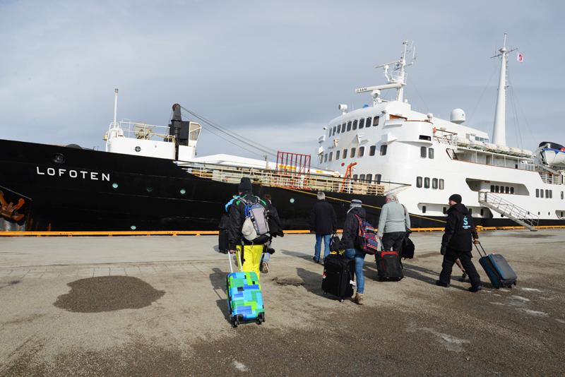 Unsere Pressegruppe geht in Kirkenes an Bord der MS Lofoten.
