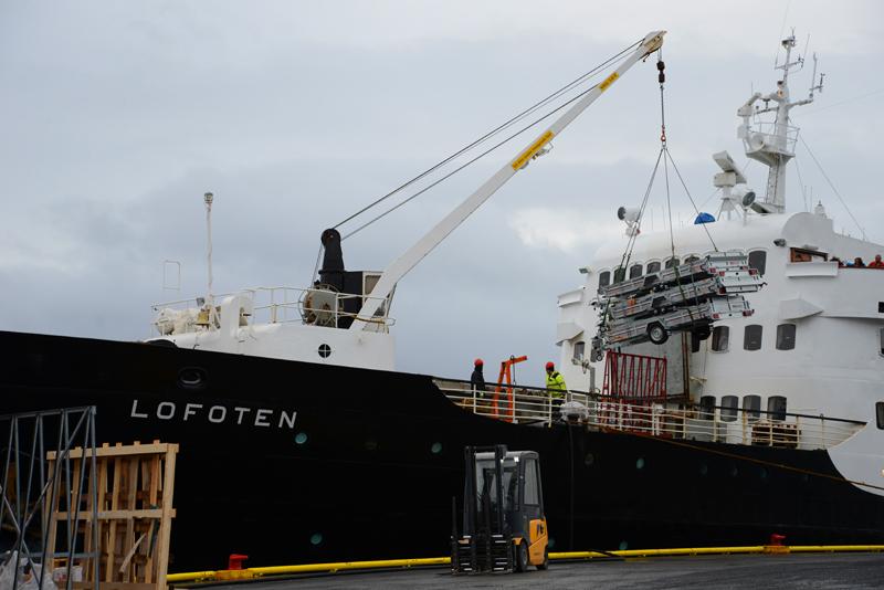 In jedem Hafen wird die MS Lofoten be- und entladen.