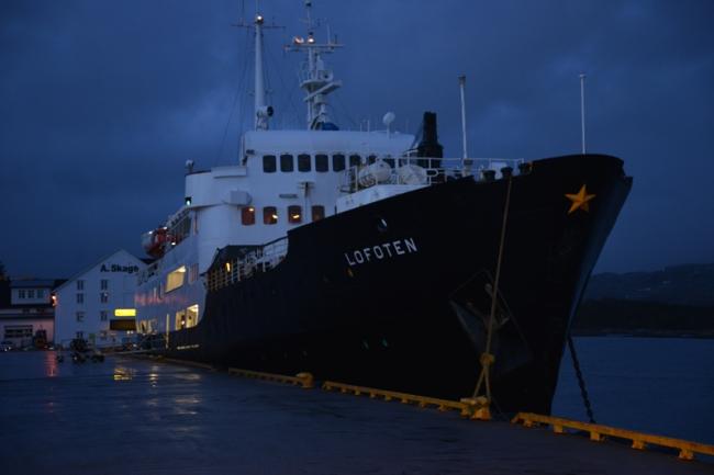 Die MS Lofoten bei Nacht in Rørvik.