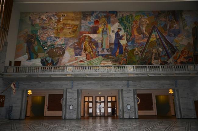 Wandmalereien im Osloer Rathaus.