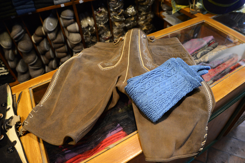 Zur Salzburger Lederhöse gehören traditionell blaue Stutzen.