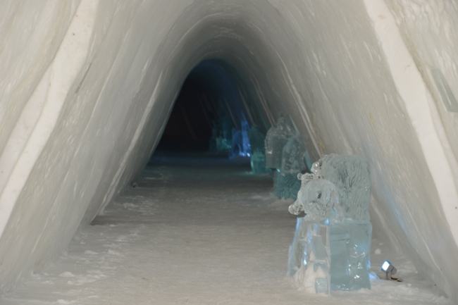 Eisiger Korridor des Schneehotels.