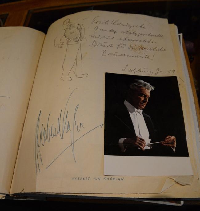 Stammkunde Herbert von Karajan hat sich im dicken VIP-Buch von Jahn-Markl verewigt.