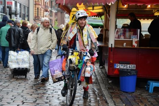 Wer keinen Stand hat, bringt die Waren eben auf seinem Fahrrad unter.