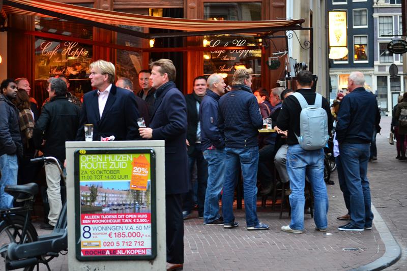 Kneipen sind in Amsterdam immer gut besucht.