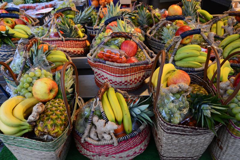 Obstkörbe auf dem Hamburger Fischmarkt.