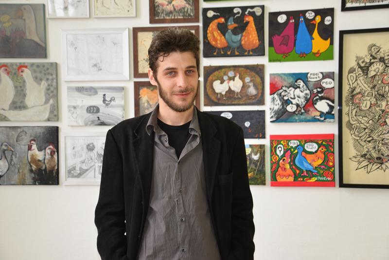 Der italienische Künstler Andrea Galiazzo vor seinen Werken.