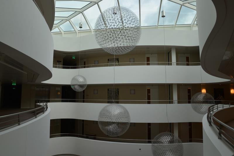 Die riesigen Leuchtkugeln im Atrium spiegeln sich bei Dunkelheit im Glas um ein Mehrfaches wider.