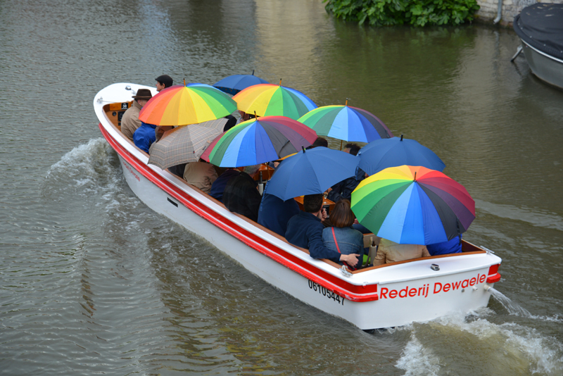Hartgesottenen macht eine Bootsfahrt bei Regen nichts aus.