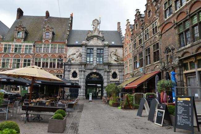 Neptun thront über dem Eingang zum Alten Fischmarkt.