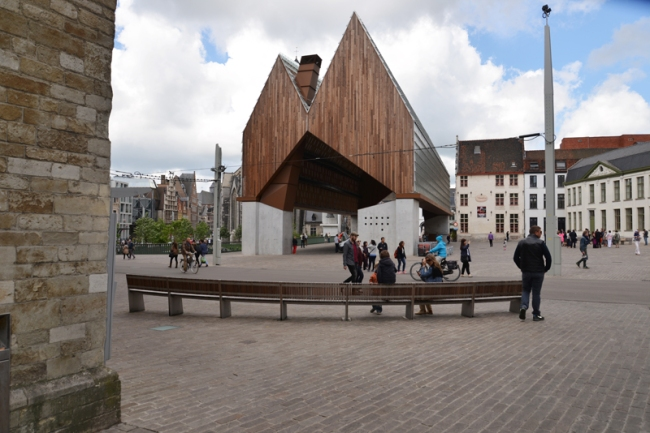 In der offenen Stadthalle von Gent aus Glas, Holz und Beton finden Konzerte, Tanzvorführungen und Märkte statt.