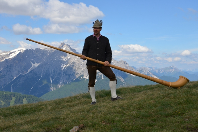 Alphornbläser in den Sextner Dolomiten