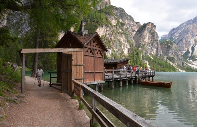 """Die Holzhütte des Försters Pietro aus der italienischen Fernsehserie """"Un passo cal cielo""""."""