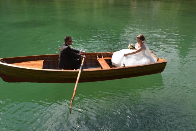 Der Pragser Wildsee dient nicht nur als Kulisse fürs Fernsehen, sondern auch für Brautpaare.