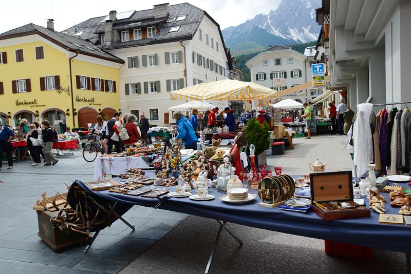Sonntagmorgens ist Flohmarkt in der Fußgängerzone in Innichen.