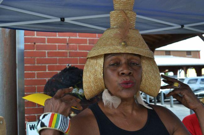 Hutdesignerin auf dem Eastern Market.