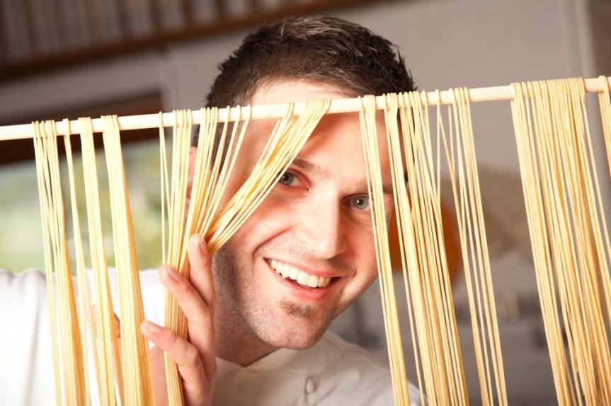 Der kreative Jungkoch beim Zubereiten der Pasta. Copyright Armin Huber.