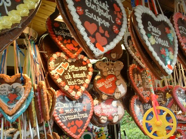 Lebkuchenherzen sind ein beliebtes Geschenk auf dem Oktoberfest. Ein Bummel über die Wiesn gilt für Verliebte als äußerst romantisch.