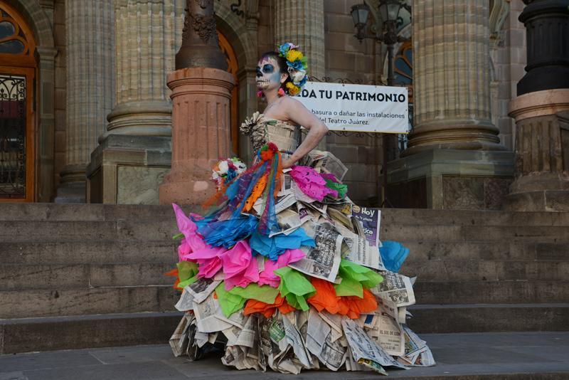 La Catrina in einem Kleid aus Zeitungen.