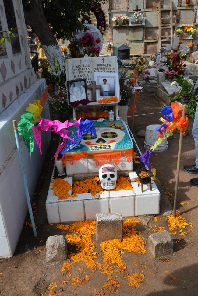 Am Dia de los muertos werden die Gräber bunt geschmückt.
