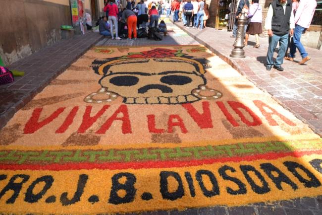 Gymnasiasten in Guanajuato bemalen am Dia de Muertos die Strassen des historischen Zentrums.