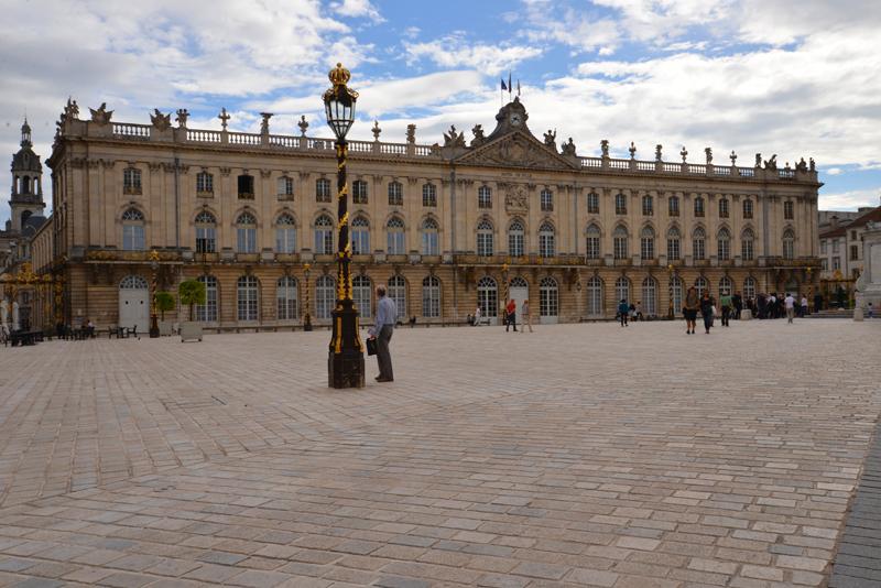 Das Rathaus an der Südseite des Platzes.