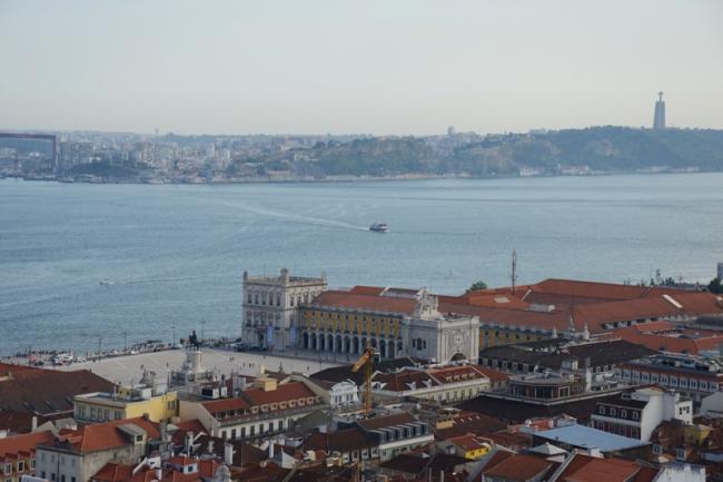 Blick vom Castelo auf die Unterstadt und den Tejo.