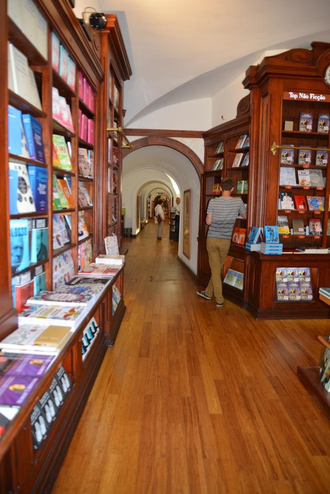 Livraria Bertrand - ein langer Gang voller Bücher.
