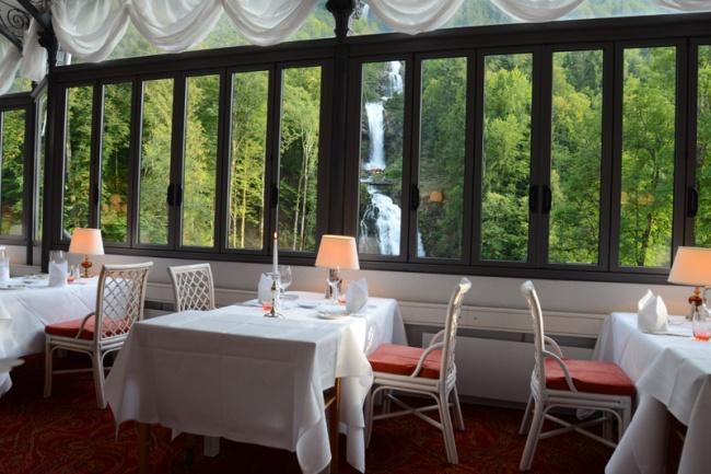 Restaurant Les Cascades im Hotel Giessbach. Schlemmen mit Blick auf den Wasserfall.