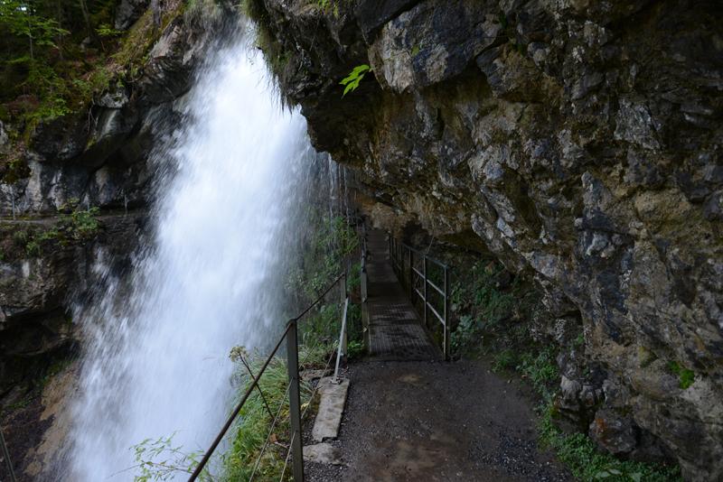 Unter dem Wasserfall kann man spazieren gehen - es spritzt allerdings ganz schön!