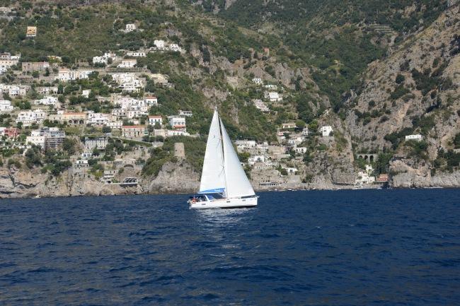 Segelboot an der Amalfiküste.
