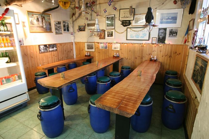 Im Sea Baron sitzt man auf alten Heringstonnen.