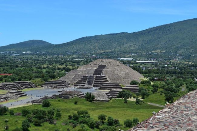 Blick auf die Mondpyramide